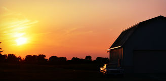 Σιταποθήκη ηλιοβασιλέματος, παλαιό αυτοκίνητο Στοκ εικόνα με δικαίωμα ελεύθερης χρήσης