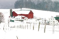 Σιταποθήκη και αγροτικό σπίτι Amish στο αγροτικό Οχάιο κοντά στη γοητεία στοκ φωτογραφίες