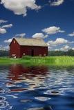 Σιταποθήκη και ποταμός στοκ εικόνες