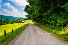 Σιταποθήκη και τομείς κατά μήκος μιας εθνικής οδού αγροτικό Potomac Highla Στοκ φωτογραφία με δικαίωμα ελεύθερης χρήσης