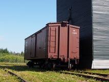 Σιταποθήκη με Boxcar στο ουκρανικό χωριό Αλμπέρτα στοκ φωτογραφία με δικαίωμα ελεύθερης χρήσης