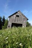 σιταποθήκη που κλίνει παλαιό αγροτικό Στοκ Εικόνες