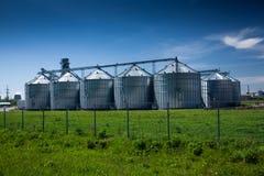 Σιταποθήκη στον τομέα ενάντια στο βαθύ μπλε ουρανό Στοκ φωτογραφία με δικαίωμα ελεύθερης χρήσης