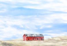 Σιταποθήκη στο λόφο στον ομιχλώδη τομέα Στοκ Φωτογραφίες