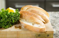 Σιταρένιο ψωμί στην ξύλινη εκλεκτική εστίαση πινάκων στην κουζίνα Στοκ εικόνα με δικαίωμα ελεύθερης χρήσης