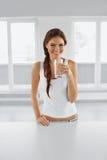 σιτηρέσιο έννοιας Ευτυχής υγιής γυναίκα με το ποτήρι του νερού ποτά Λ Στοκ Εικόνα