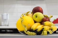 σιτηρέσιο έννοιας Λίγων θερμίδων διατροφή φρούτων Διατροφή για την απώλεια βάρους Στοκ Φωτογραφία