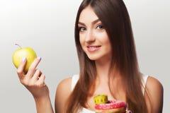 σιτηρέσιο αθλητισμός Το νέο όμορφο κορίτσι κρατά ένα μήλο και μια μέτρηση Στοκ φωτογραφία με δικαίωμα ελεύθερης χρήσης