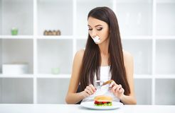 σιτηρέσιο Η γυναίκα πορτρέτου θέλει να φάει Burger αλλά κολλημένο skochem mou στοκ εικόνα με δικαίωμα ελεύθερης χρήσης