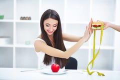 σιτηρέσιο Η γυναίκα πορτρέτου θέλει να φάει Burger αλλά κολλημένο skochem mou στοκ εικόνα