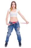 σιτηρέσιο Ικανότητα Νέο κορίτσι στο μεγάλο μέγεθος τζιν παντελόνι σε ένα άσπρο υπόβαθρο Στοκ εικόνες με δικαίωμα ελεύθερης χρήσης