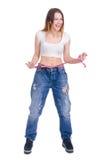 σιτηρέσιο Ικανότητα Νέο κορίτσι στο μεγάλο μέγεθος τζιν παντελόνι σε ένα άσπρο υπόβαθρο Στοκ φωτογραφία με δικαίωμα ελεύθερης χρήσης