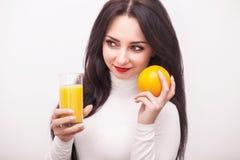σιτηρέσιο κατανάλωση υγιής Νέα γυναίκα που πίνει το φρέσκο χυμό από πορτοκάλι Γ Στοκ φωτογραφία με δικαίωμα ελεύθερης χρήσης