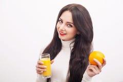 σιτηρέσιο κατανάλωση υγιής Νέα γυναίκα που πίνει το φρέσκο χυμό από πορτοκάλι Αριθμός προσοχής έννοιας Στοκ εικόνα με δικαίωμα ελεύθερης χρήσης