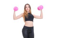 σιτηρέσιο Νέο όμορφο κορίτσι με τους ρόδινους αλτήρες στα χέρια του Το κορίτσι εκτελεί την αθλητική άσκηση Στοκ εικόνες με δικαίωμα ελεύθερης χρήσης