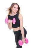 σιτηρέσιο Νέο όμορφο κορίτσι με τους ρόδινους αλτήρες στα χέρια του Το κορίτσι εκτελεί την αθλητική άσκηση Στοκ Εικόνα