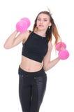σιτηρέσιο Νέο όμορφο κορίτσι με τους ρόδινους αλτήρες στα χέρια του Το κορίτσι εκτελεί την αθλητική άσκηση Στοκ εικόνα με δικαίωμα ελεύθερης χρήσης