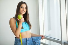 σιτηρέσιο Όμορφη φίλαθλη γυναίκα που παρουσιάζει πόσο βάρος έχασε στοκ εικόνες