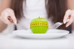 σιτηρέσιο Apple και εκατοστόμετρο στο πιάτο Υγιής κατανάλωση ικανότητας Στοκ φωτογραφίες με δικαίωμα ελεύθερης χρήσης