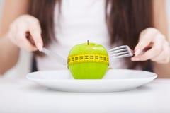 σιτηρέσιο Apple και εκατοστόμετρο στο πιάτο Υγιής κατανάλωση ικανότητας Στοκ Εικόνες