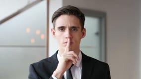 Σιωπή, δάχτυλο στα χείλια στην αρχή απόθεμα βίντεο