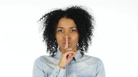 Σιωπή, δάχτυλο στα χείλια από τη μαύρη γυναίκα Στοκ Φωτογραφία