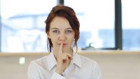 Σιωπή, δάχτυλο στα χείλια της γυναίκας στην αρχή Στοκ Εικόνες