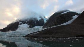 Σιωπή και calmness των επιπλεόντων πάγων πάγου στο υπόβαθρο του βουνού του αρκτικού ωκεανού απόθεμα βίντεο