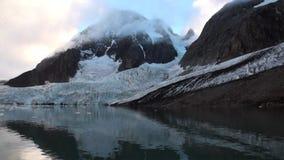 Σιωπή και calmness των επιπλεόντων πάγων πάγου στο υπόβαθρο του βουνού του αρκτικού ωκεανού φιλμ μικρού μήκους