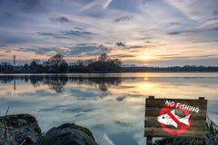 Σιωπή στη λίμνη - σημάδι απαγόρευσης καμία αλιεία που επιτρέπεται Στοκ Εικόνες