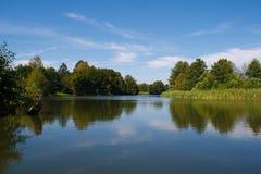 Σιωπηλός ποταμός μια ηλιόλουστη θερινή ημέρα Στοκ Φωτογραφίες