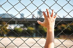 Σιδερόβεργα εκμετάλλευσης χεριών φυλακισμένων Στοκ εικόνα με δικαίωμα ελεύθερης χρήσης