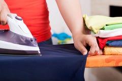 Σιδερώνοντας ενδύματα και πετσέτες στοκ φωτογραφία