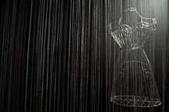 Σιδερώστε το φόρεμα σε ένα μαύρο υπόβαθρο Στοκ Εικόνες