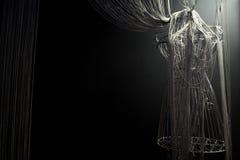 Σιδερώστε το φόρεμα σε ένα μαύρο υπόβαθρο Στοκ Εικόνα
