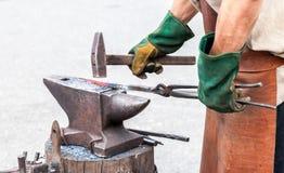 Σιδηρουργός που κάνει ένα διακοσμητικό στοιχείο Στοκ Φωτογραφία