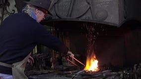 σιδηρουργός το εργαστήριό του απόθεμα βίντεο