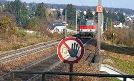 Σιδηροδρομικές γραμμές, λεωφορείο μηχανών και απαγορευμένη σημάδι μετάβαση Στοκ Φωτογραφία
