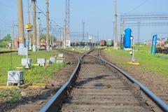 Σιδηροδρομικός σταθμός με τα βαγόνια εμπορευμάτων αγαθών Στοκ φωτογραφίες με δικαίωμα ελεύθερης χρήσης