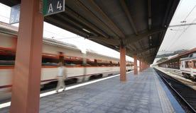 Σιδηροδρομικός σταθμός με τα τραίνα Στοκ φωτογραφία με δικαίωμα ελεύθερης χρήσης