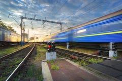 Σιδηροδρομικός σταθμός με τη θολωμένη σύγχρονη αμαξοστοιχία περιφερειακού σιδηροδρόμου Στοκ εικόνα με δικαίωμα ελεύθερης χρήσης