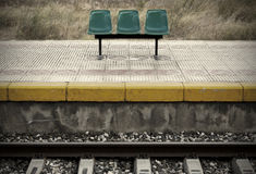 Σιδηροδρομικός σταθμός με τις πλατφόρμες και τα καθίσματα Στοκ Φωτογραφίες