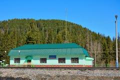 Σιδηροδρομικός σταθμός στα βουνά Kuznetsk Alatau Στοκ εικόνες με δικαίωμα ελεύθερης χρήσης