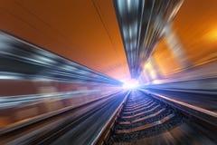 Σιδηροδρομικός σταθμός τη νύχτα με την επίδραση θαμπάδων κινήσεων σιδηρόδρομος Στοκ Φωτογραφίες