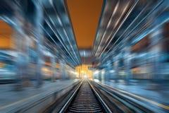 Σιδηροδρομικός σταθμός τη νύχτα με την επίδραση θαμπάδων κινήσεων σιδηρόδρομος Στοκ φωτογραφία με δικαίωμα ελεύθερης χρήσης