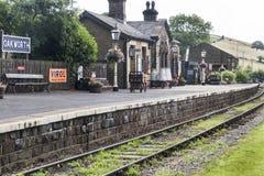 Σιδηροδρομικός σταθμός Oakworth σε Keighley και τον άξιο σιδηρόδρομο κοιλάδων Γιορκσάιρ, Αγγλία, UK, στοκ φωτογραφίες με δικαίωμα ελεύθερης χρήσης