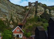 Σιδηρόδρομος απότομων βράχων, τελεφερίκ σιδηρόδρομος ανελκυστήρων καλωδίων, στην παραλία vill Στοκ Φωτογραφίες