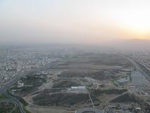 Σιδηρόδρομος, ατμοσφαιρική ρύπανση και ηλιοβασίλεμα στην Τεχεράνη Στοκ Φωτογραφία