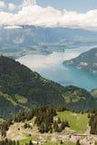 Σιδηρόδρομος βαραίνω της Ελβετίας με τις Άλπεις και τη λίμνη Thunersee Στοκ Εικόνες