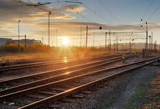 Σιδηρόδρομος, γραμμές σιδηροδρόμου στο ηλιοβασίλεμα Στοκ φωτογραφίες με δικαίωμα ελεύθερης χρήσης